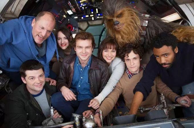 Diretor divulga foto de Chewbacca no filme sobre Han Solo