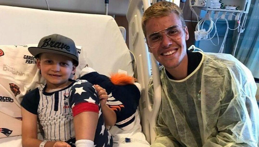 Justin Bieber surpreende fãs em hospital infantil