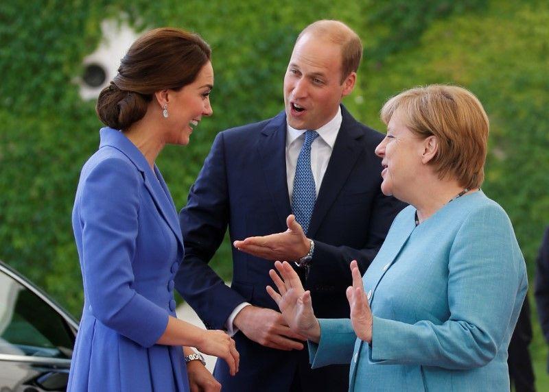 Príncipe William e Kate se encontram com Merkel em viagem à Alemanha