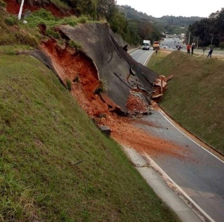SP: deslizamento de terra fecha acesso da Rodovia Raposo Tavares