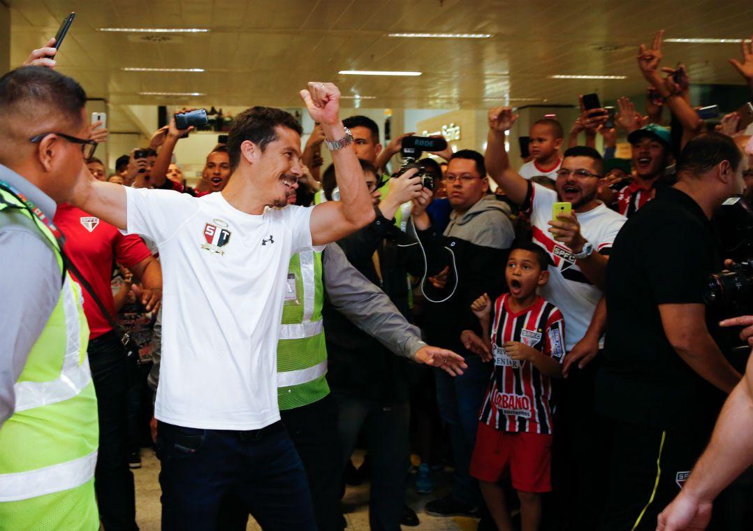 Hernanes é recebido com festa pela torcida do São Paulo em aeroporto
