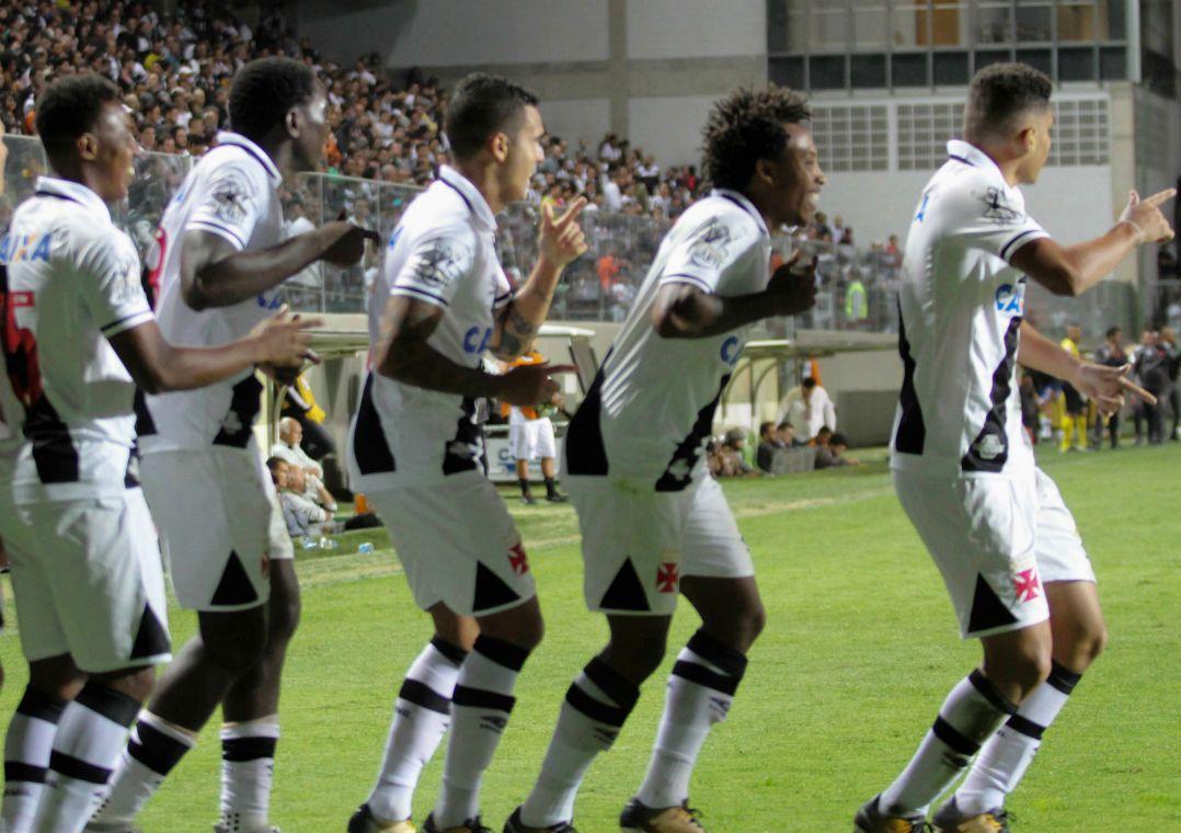 Com 17 anos, Paulinho faz história na vitória do Vasco sobre o Galo