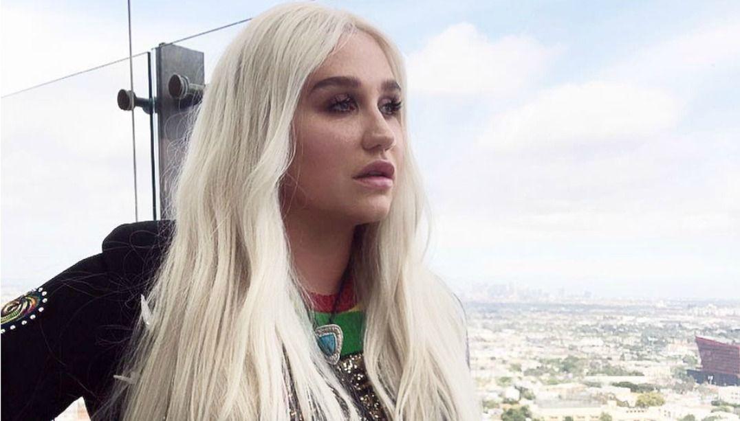 Kesha chora durante apresentação ao vivo de Woman