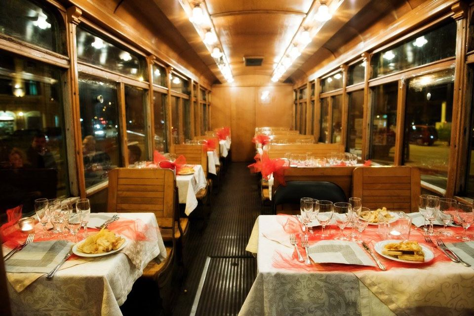 Trem oferece jantar passando por pontos turísticos