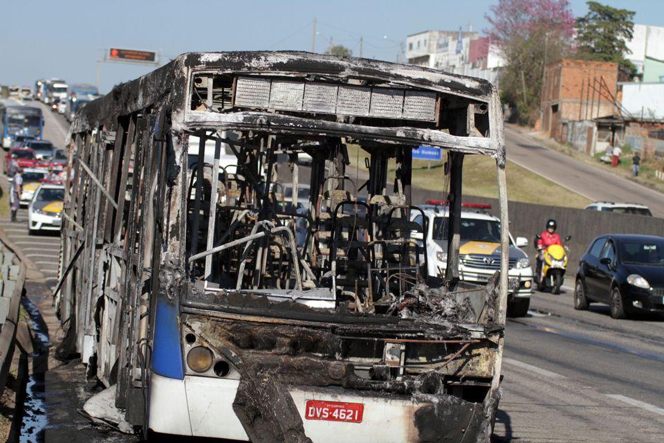 Ônibus é incendiado em protesto na Santos Dumont