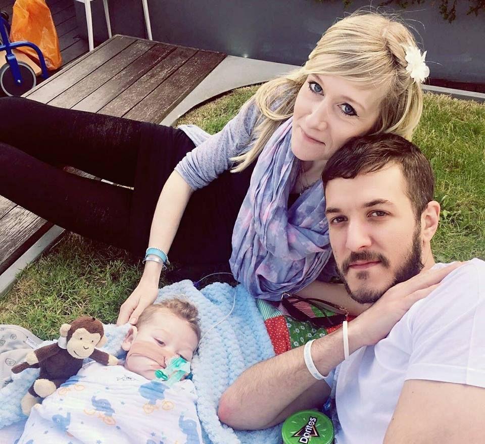 Pais de Charlie encerram batalha legal para salvá-lo