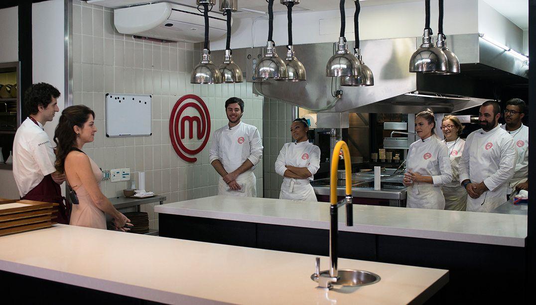 Participantes enfrentam desafio profissional na cozinha do Tuju
