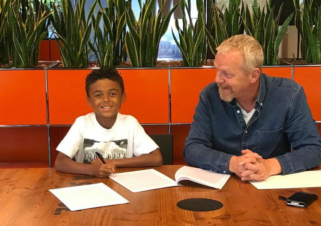 Filho de Kluivert, de 9 anos, assina com a Nike
