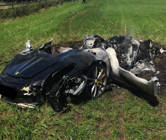 Motorista britânico destrói Ferrari uma hora após compra