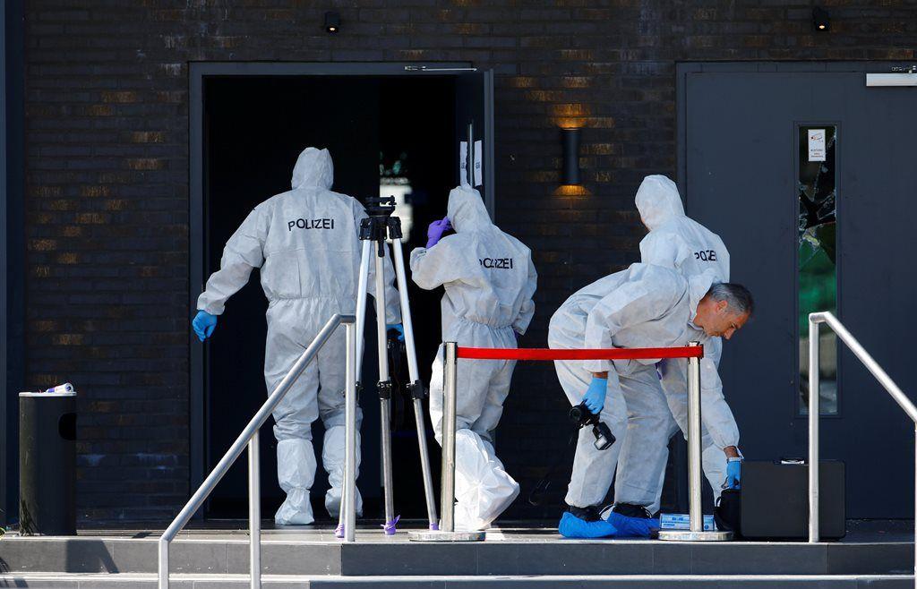 Polícia entra na casa noturna para realizar perícia após ataque / Arnd Wiegmann/Reuters