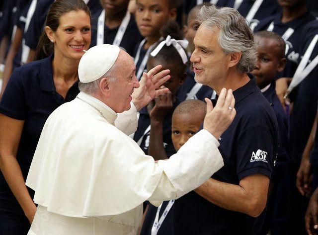 Coral de crianças haitianas regido por Bocelli canta para Papa