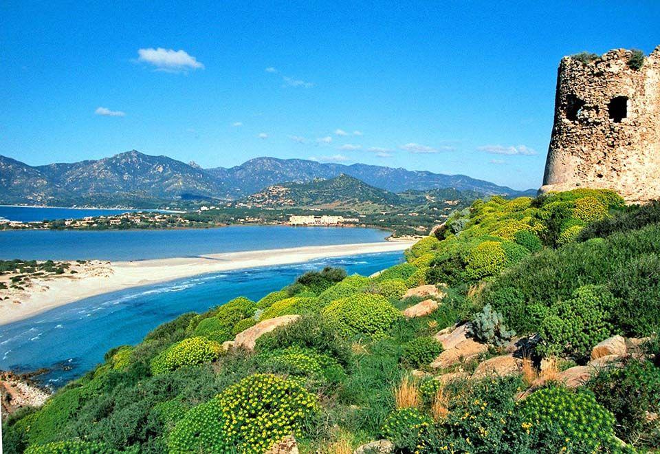 Conheça Porto Giunco, a praia de dois mares