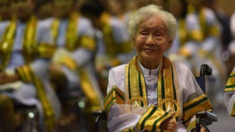 Idosa de 91 anos se forma em universidade na Tailândia