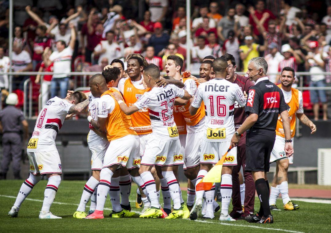 Jogadores do São Paulo comemoram o primeiro gol do jogo 3729b3764f65f