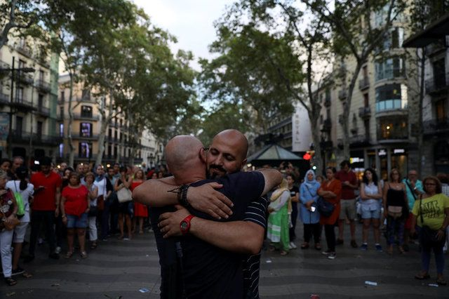 Muçulmano distribui abraços em Barcelona