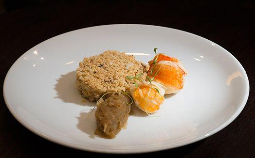 Medalhão de lagosta, farofa de castanhas do Brasil e chutney