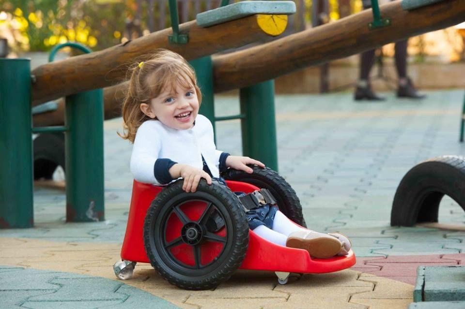 Ana Paula diagnosticada con parálisis a los 8 meses hoy juega normalmente en la silla creada por el padre / Divulgación / Fly Children