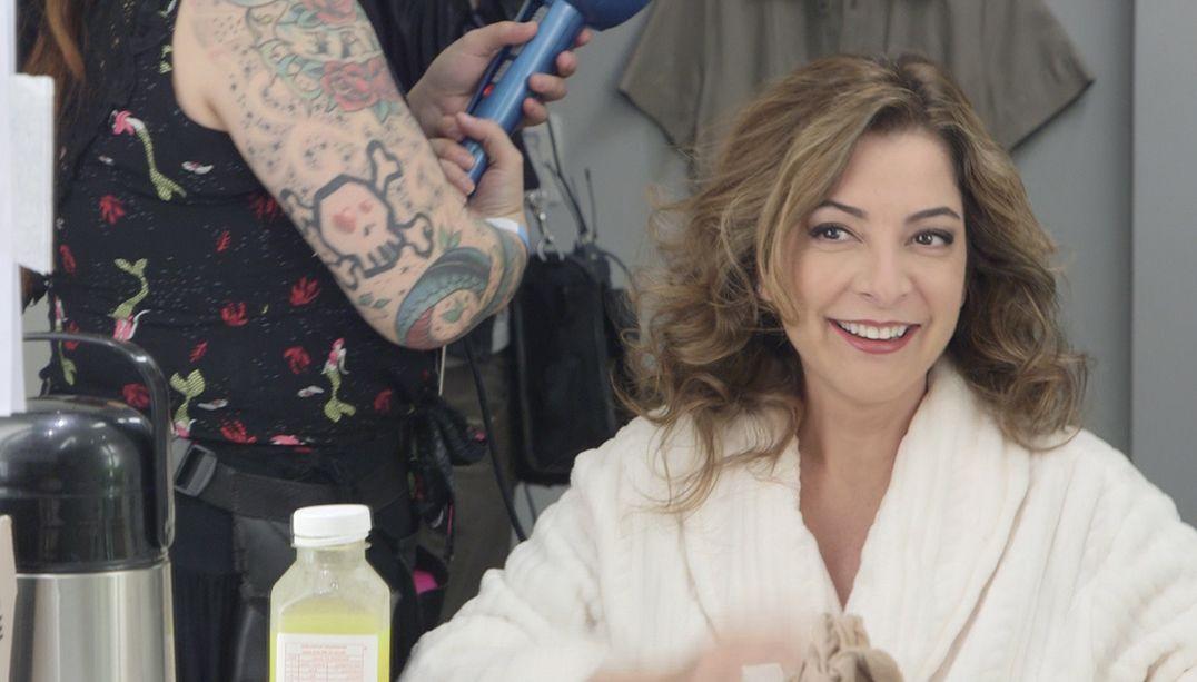 Ana Paula Padrão se prepara no camarim do MasterChef Brasil