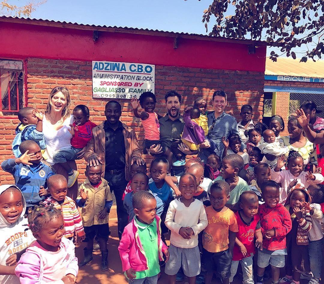 Giovanna Ewbank e Bruno Gagliasso visitam escola que apoiam no Malawi
