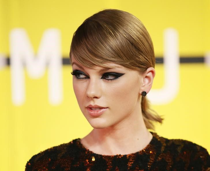 Taylor Swift surpreende fã britânica ao entregar-lhe presentes