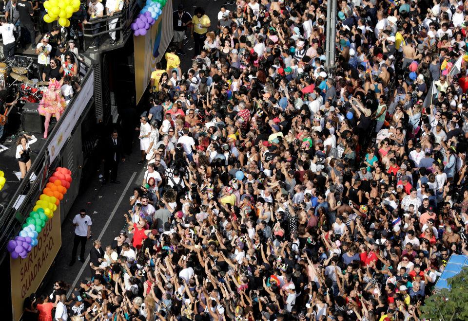 Parada LGBT de SP reúne multidão na Avenida Paulista