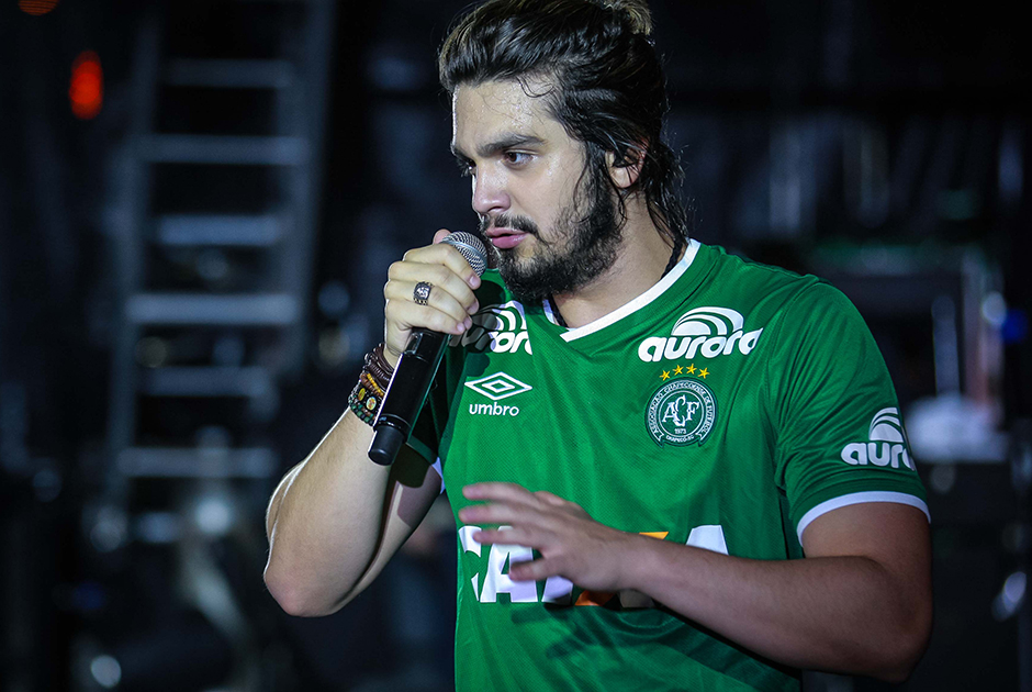 Luan Santana homenageia a Chapecoense no Garota Vip