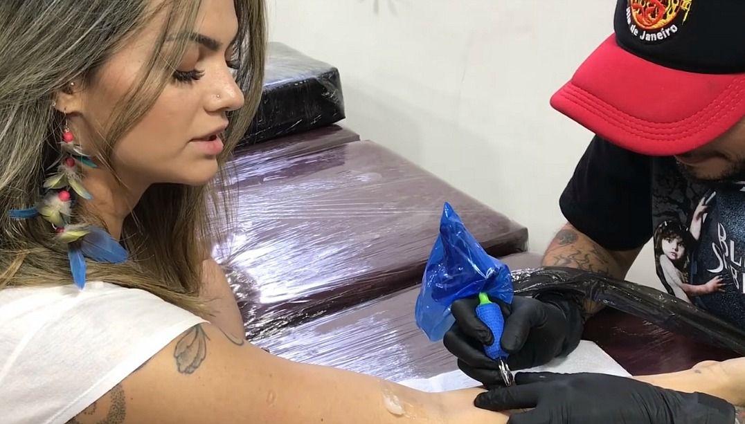 Kelly Key faz tatuagem em homenagem aos filhos