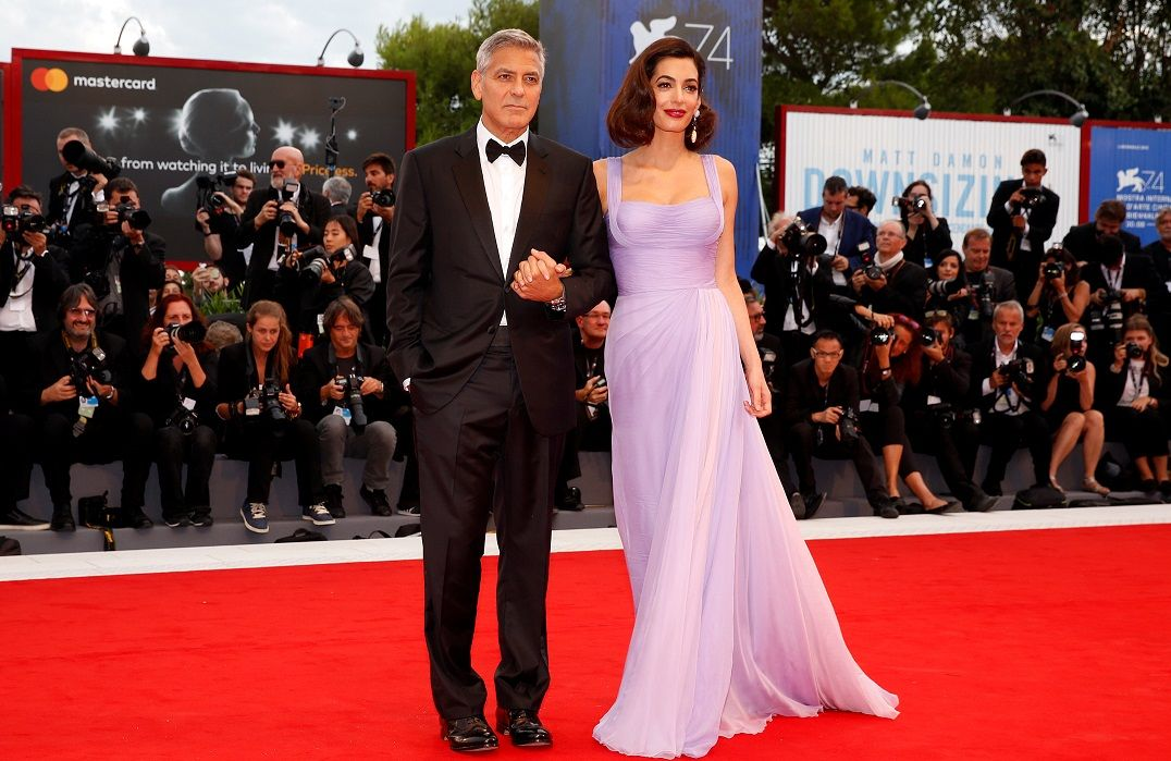 Amal Clooney faz primeira aparição após nascimento dos filhos