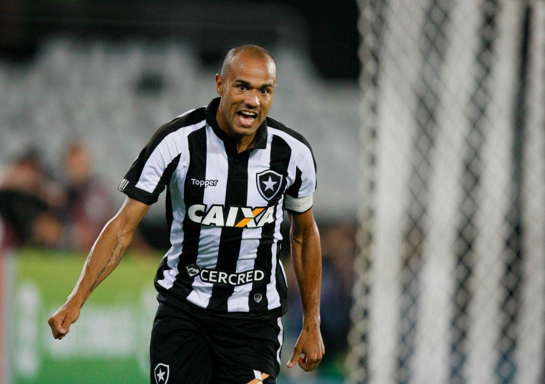 c51f1bb302 Roger marcou dois gols no clássico contra o Flamengo (Foto  Marcelo de  Jesus Framephoto Estadão Conteúdo)