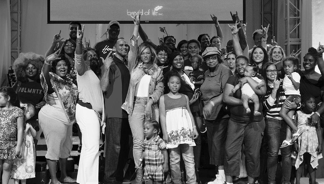 Beyoncé vai às lágrimas ao visitar vítimas do furacão Harvey