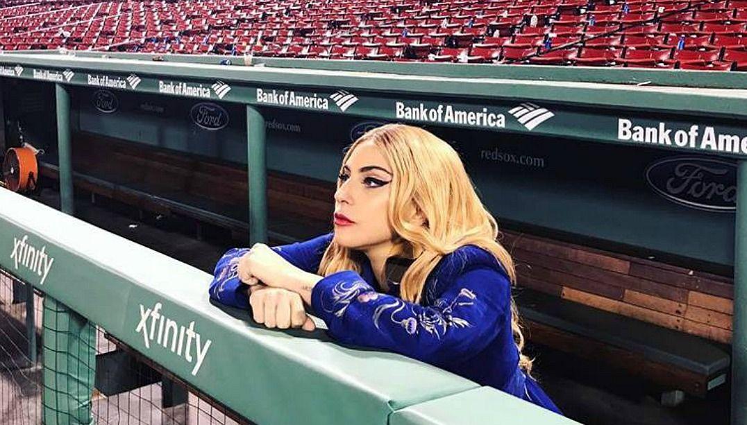 Lady Gaga canta para fã com doença rara em show