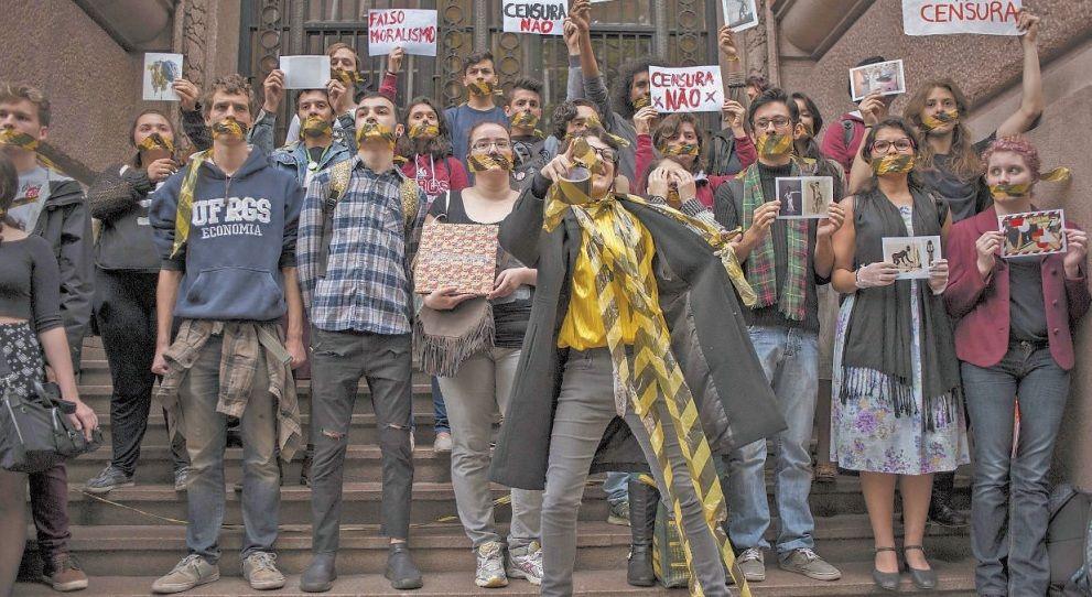 Participantes se reuniram em frente ao Santander Cultural e apresentaram performances para protestar contra o fechamento da exposição / Au Guebo/Raw Image/Folhapress