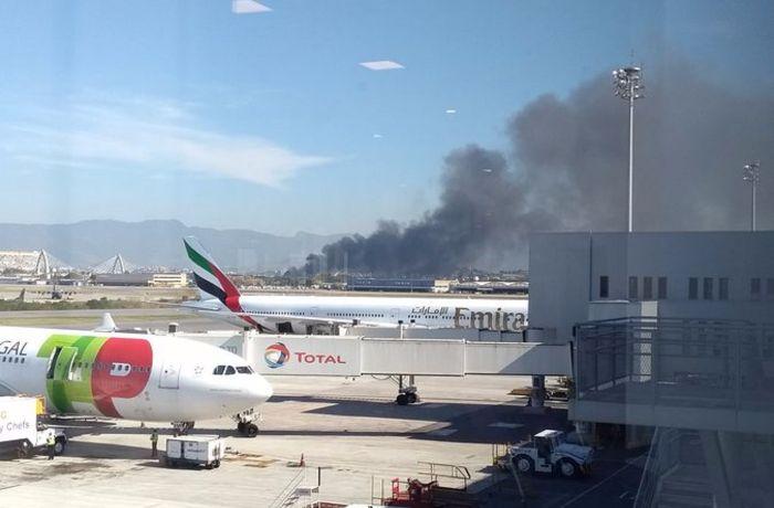 A fumaça pode ser vista do Aeroporto do Galeão / (Foto: Ouvinte/Whatsapp)