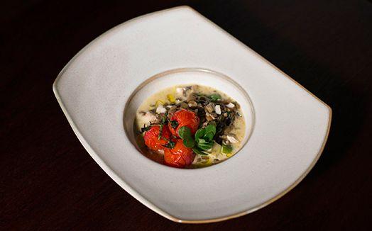 Sopa cremosa de lentilha, cogumelos, abobrinha e tomates