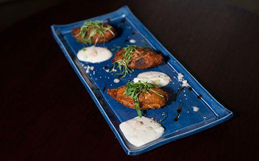 Bolinho de quinoa, batata-doce e cogumelos com molho