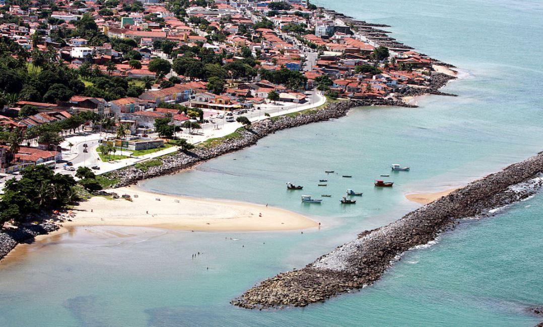 Com coletes salva-vidas, eles nadaram 13 quilômetros até o continente, onde foram socorridos por moradores da orla de Olinda / Antônio Melcop/Prefeitura de Olinda/WikiCommons