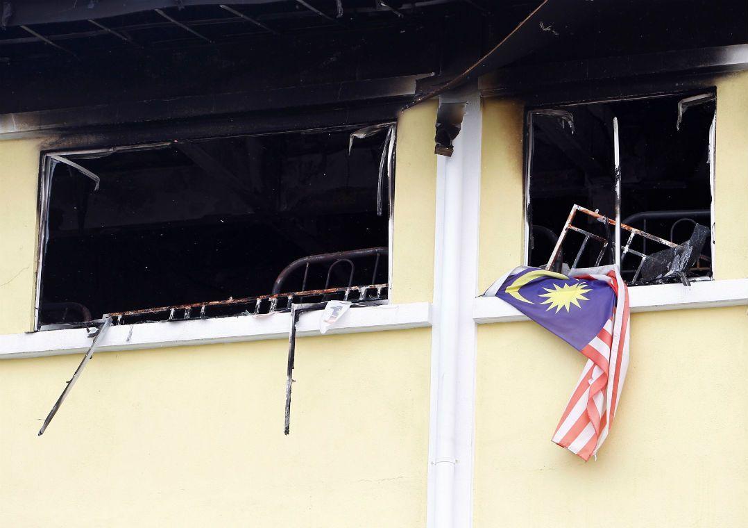 Várias janelas eram protegidas por grades de metal difíceis de serem abertas / Lai Seng Sin/Reuters