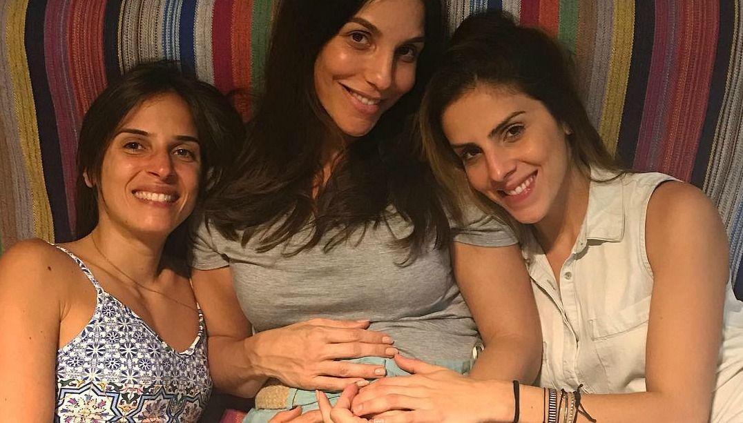 Grávida, Ivete Sangalo é paparicada pelas cunhadas