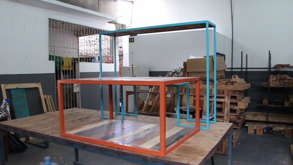 Mesas e aparadores são alguns dos móveis confeccionados a partir de paletes e ferros  / Francisco Santos/Agência Fapeam