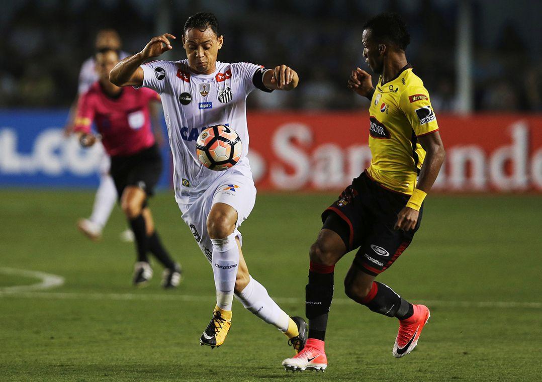 Ricardo Oliveira lamenta queda em casa: