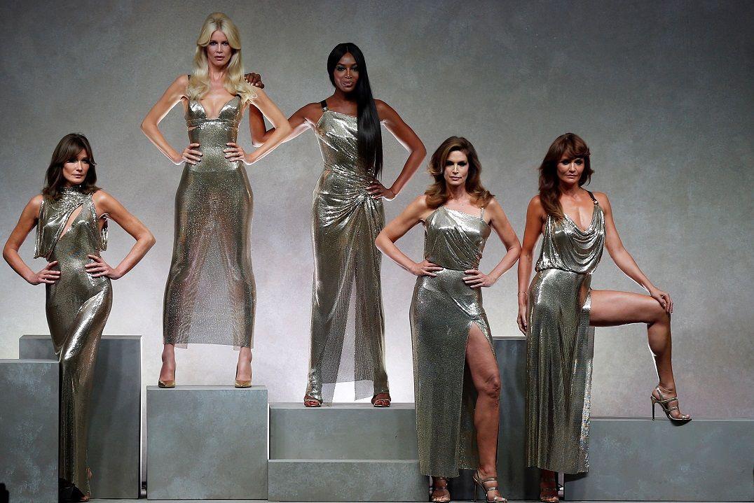 Supermodelos dos anos 1990 se reúnem em desfile