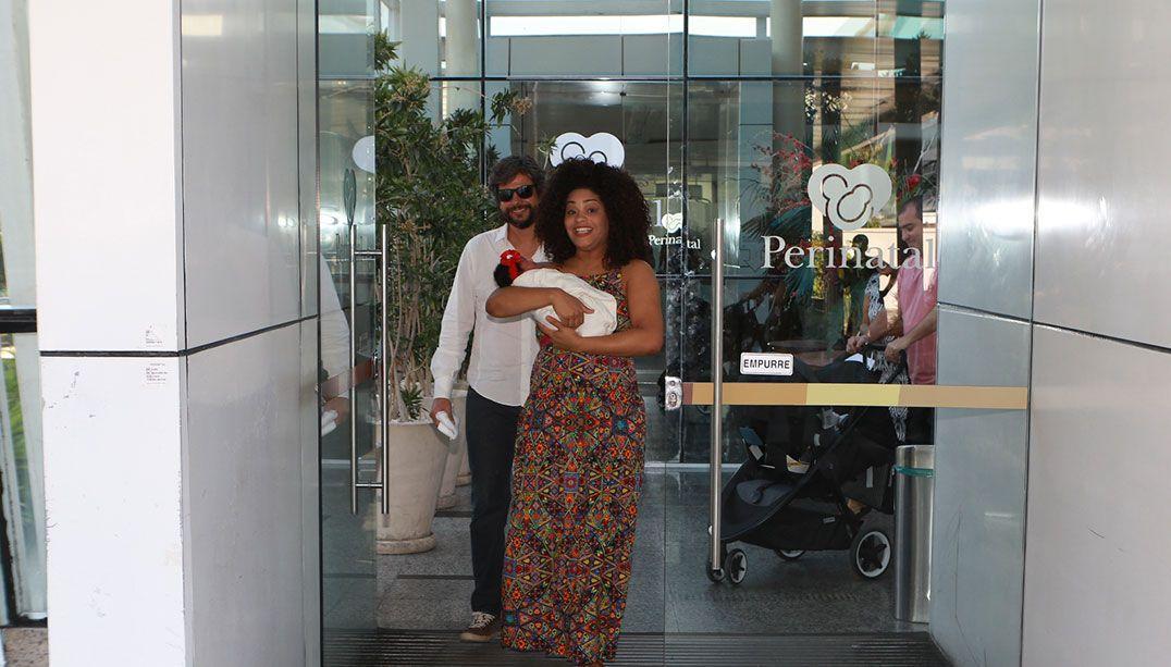 Juliana Alves deixa a maternidade com Yolanda