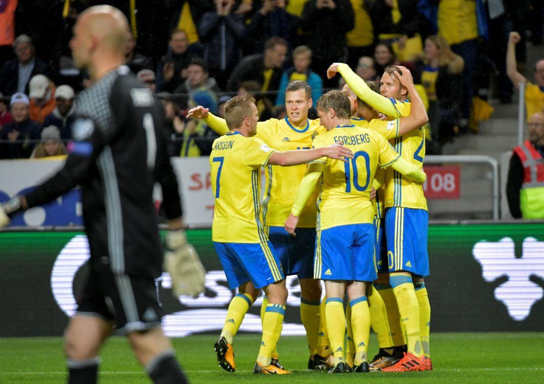 70a15656cc Jogadores da Suécia comemoram a goleada por 8 a 0 sobre Luxemburgo (Foto   Jessica Gow TT News Agency Reuters)