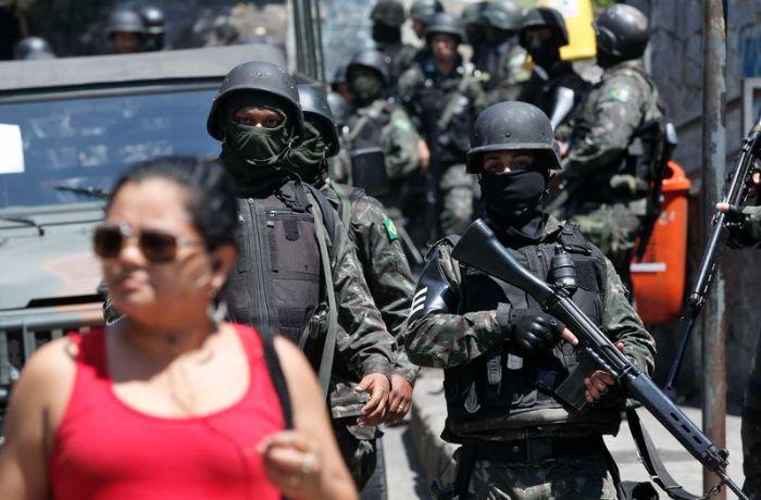 Os militares seguem realizando cerco na comunidade / (Foto: Agência Brasil)