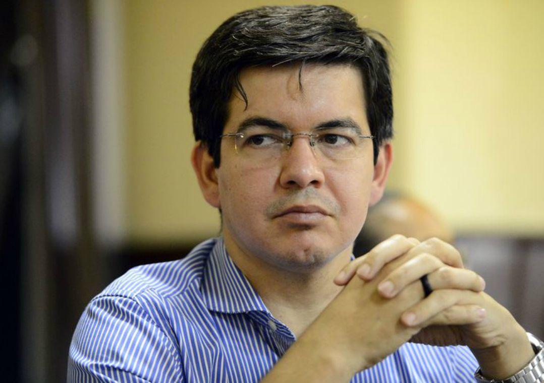 Senador trabalha para barrar a aprovação de Eduardo Bolsonaro à embaixada dos EUA
