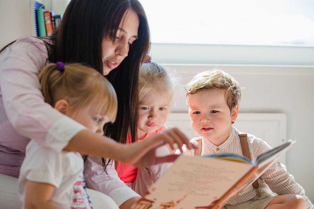 Mulher lê livro para crianças