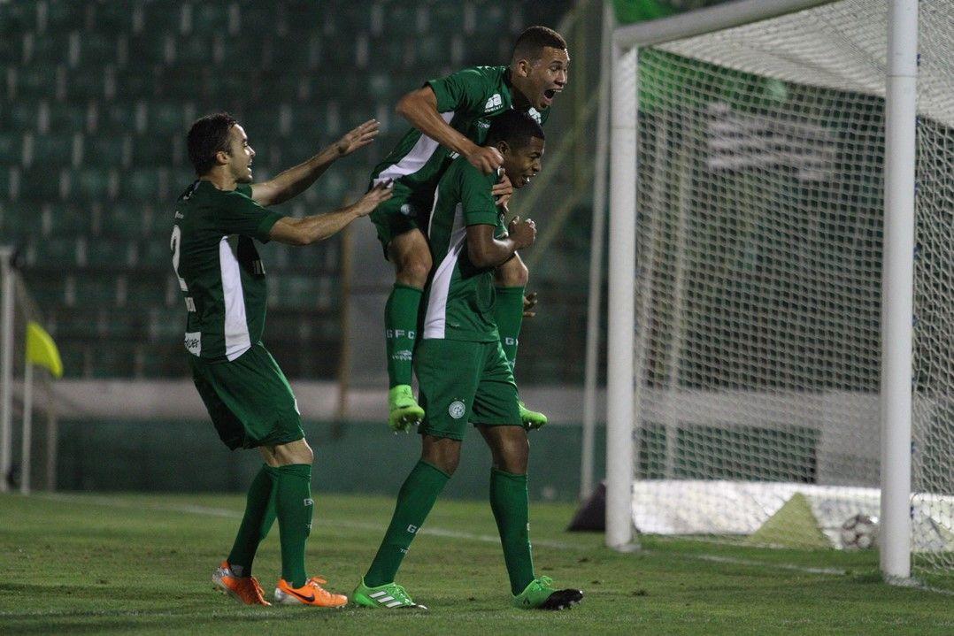 Guarani volta a vencer após 9 jogos e respira na Série B