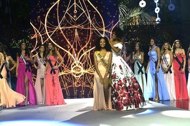 Raissa Santana coroa a Miss Brasil 2017 Monalysa Alcântara / Band