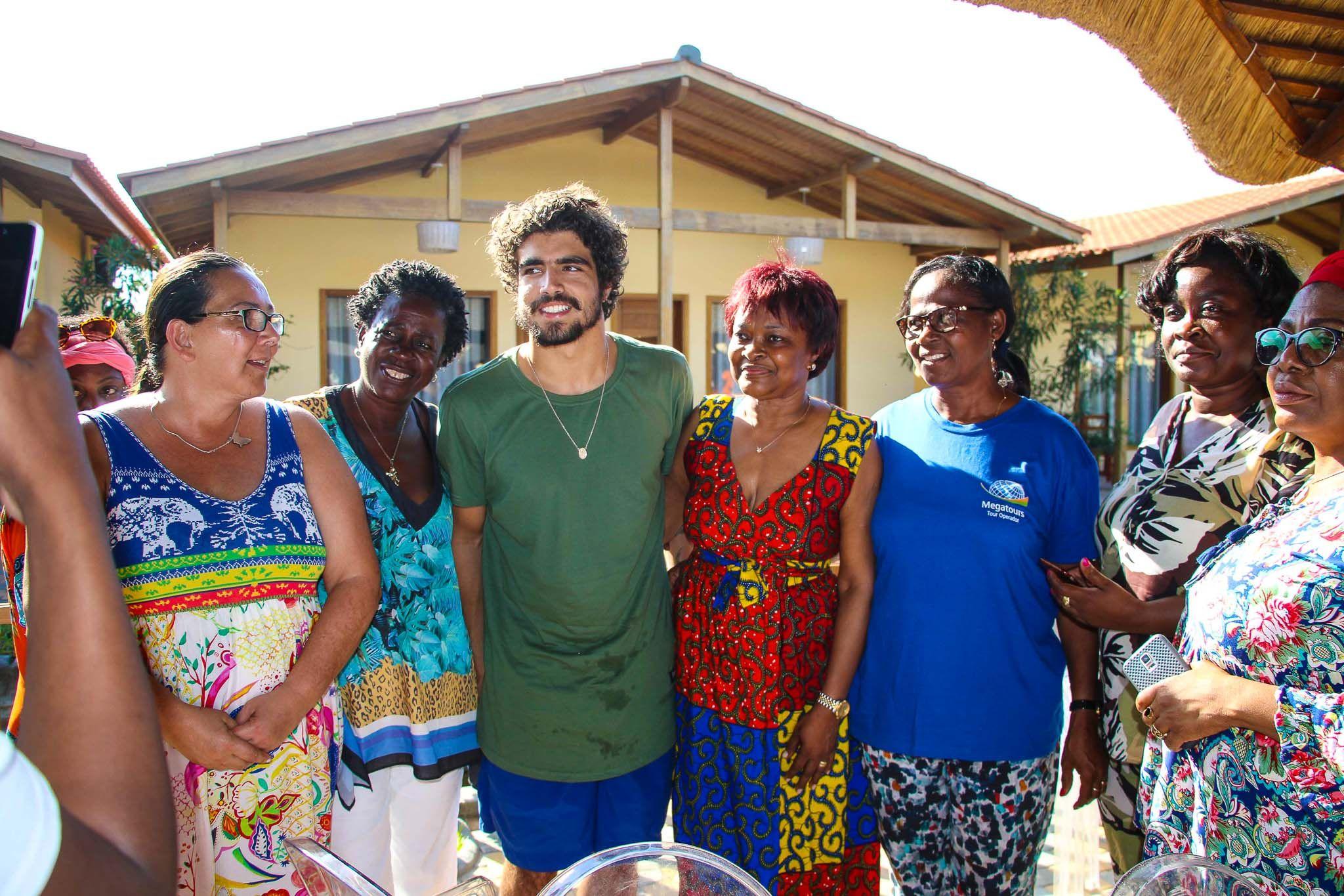 Caio Castro conheceu as crianças da Angola
