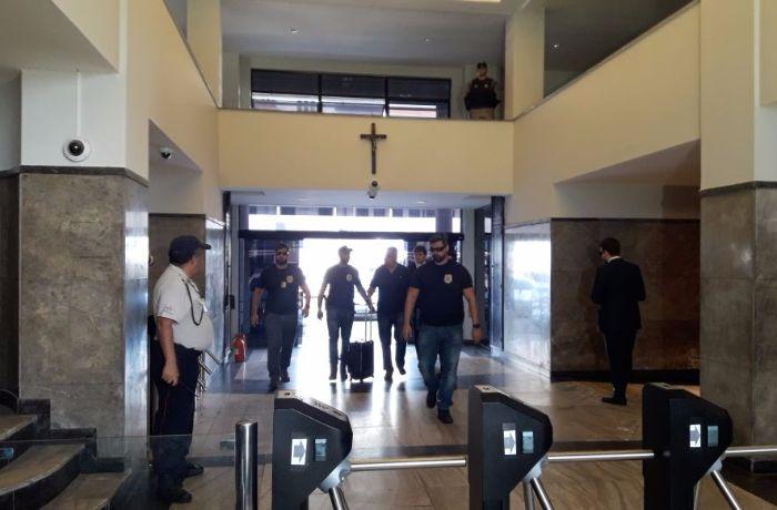 Picciani chega na superintendência da Polícia Federal. / (Foto: Thaiana de Oliveira)
